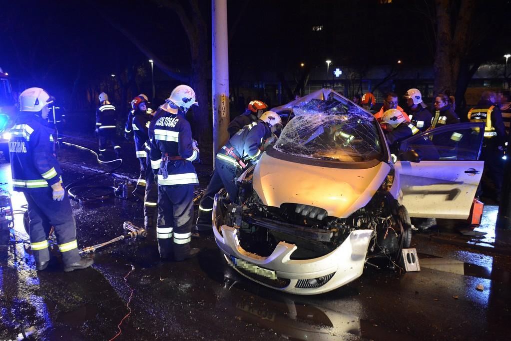 Villanyoszlopnak ütközött egy autó a XIV. kerületben