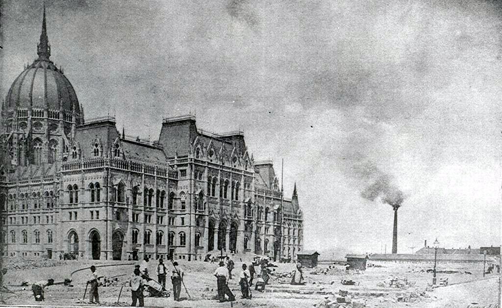 Az új országház, a háttérben Geittner és Rausch tűzoltószergyára