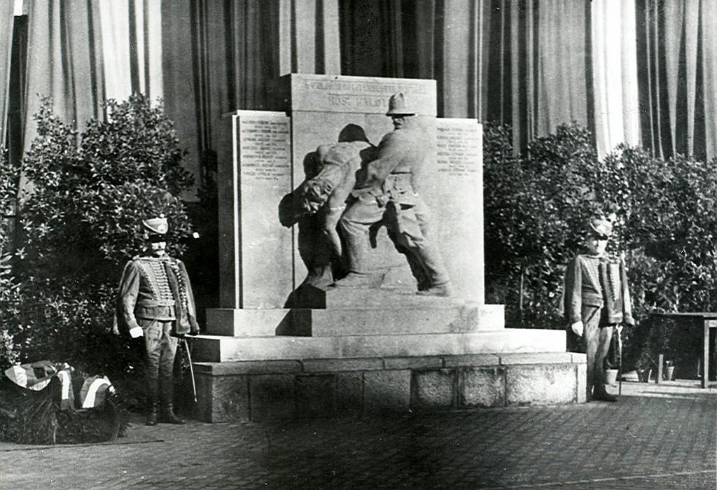 A hősi halottak emlékműve a Kun utcai laktanya udvarán