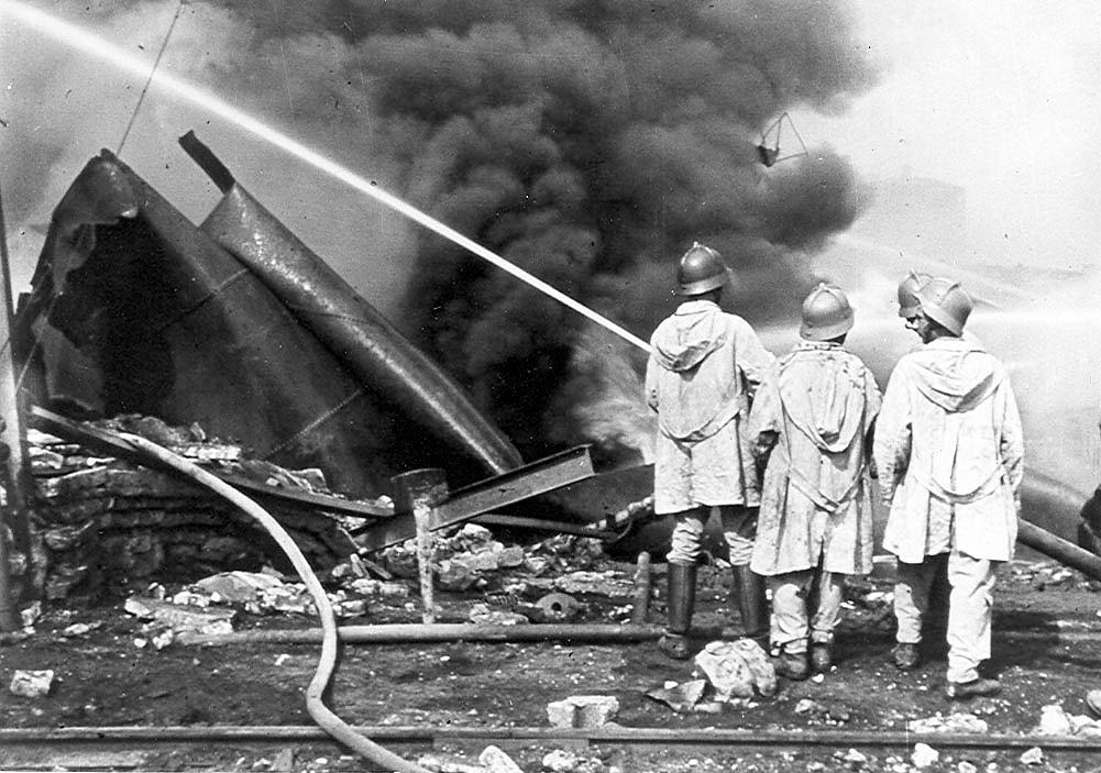 Az égő Petróleumgyár (1944)