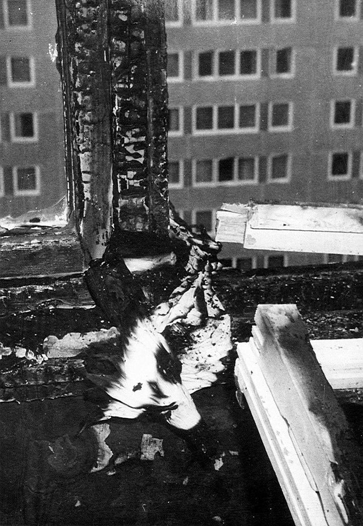 A X. emelet egyik lakásának ablaka a leereszkedésre használt lepedők maradékaival