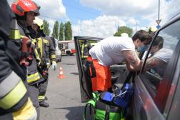 Tűzoltók kiemelik a sérültet